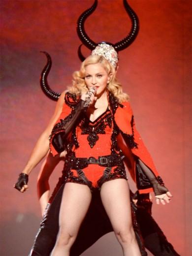 Madonna no show do Grammy: look Riccardo Tisci para Givenchy. Mas o fashionista de carteirinha lembrou de um desfile recente...