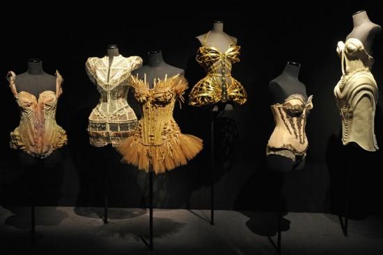 Os corsets cheios de detalhes de Gaultier na exposição em homenagem ao seu trabalho