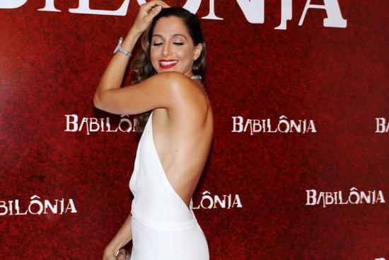 Camila Pitanga sensualizando pra foto e mostrando o decotão nas costas do vestido, tipo irresistível