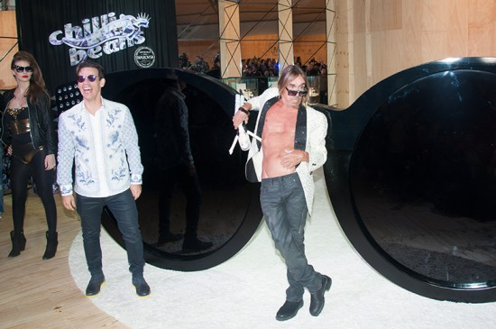 Iggy Pop destrói óculos gigantes no SPFW - Lilian Pacce 97bca813e3