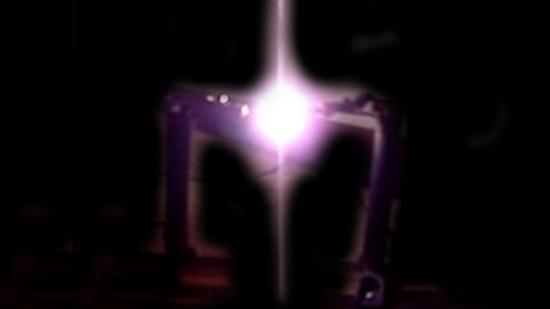 """""""Arco Voltáico"""" é um circuito elétrico composto de bateria e dois bastões de carbono..."""