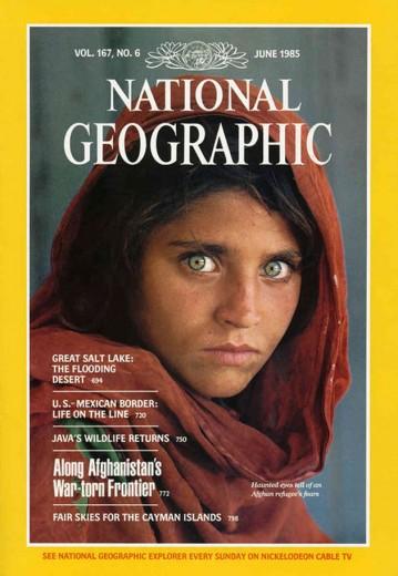 """Reconhece a foto? """"A Menina Afegã"""" ficou famosa por ter sido fotografada por Steve McCurry em 1984. Mas você sabe o nome dela? No documentário """"Os Fotógrafos"""" do Nat Geo, eles revelam os bastidores desta e de outras famosas fotografias - vem ver os outros filmes!"""