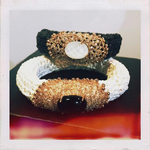 Pulseiras em crochê de ráfia e metal por Heliana Lages