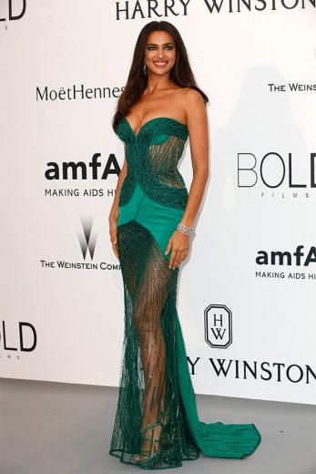 Irina Shayk de tomara-que-caia superbordado da Atelier Versace - vem ver mais!