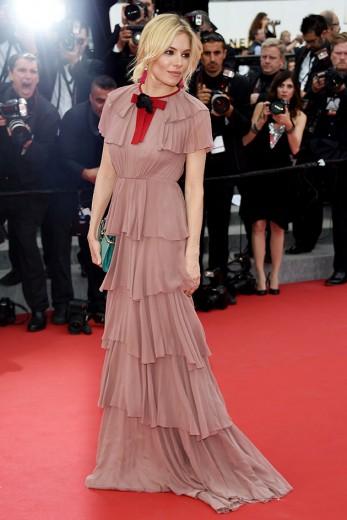 Sienna Miller arrasou nos tapetes vermelhos com várias marcas, mas nosso look favorito foi este vestido Gucci que tem bem a pegada de Alessandro Michele