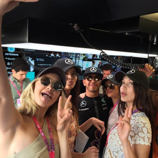 Gigi Hadid, Kendall Jenner, Lewis Hamilton, Hailey Baldwin e Bella Hadid no GP de Mônaco