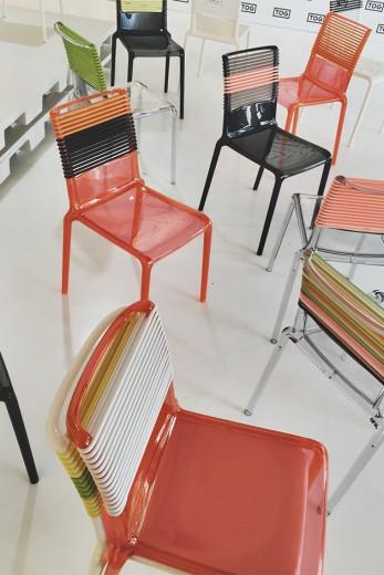 As cadeiras Misa Joy por Philippe Starck - dá pra trocar as tiras do encosto (R$ 980)