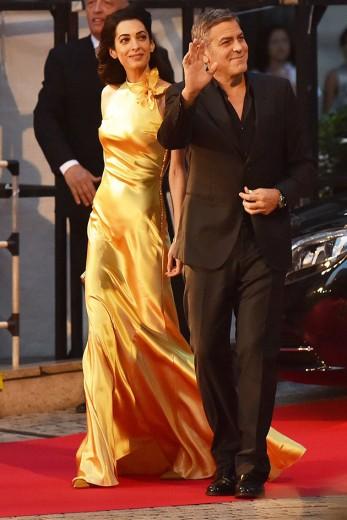 Amal e George Clooney em Tóquio. Ela usa um vestido Margiela por John Galliano