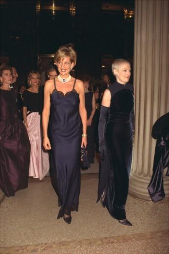 Clássico do Met: lembra desse colar que virou marca da Lady Di? Ela o usou no baile do Met em 1996 - vem ver mais looks do evento anual ao longo dos anos na galeria