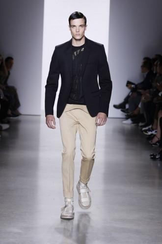 8e58787b6a75a Um mix de texturas invade a passarela da coleção masculina de  primavera-verão 2016 da Calvin Klein apresentada durante a Semana de Moda  Masculina de Milão.