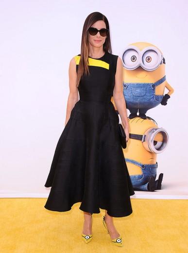 """Sandra Bullock foi a caráter na estreia de """"Minions"""" - clica pra ver mais!"""