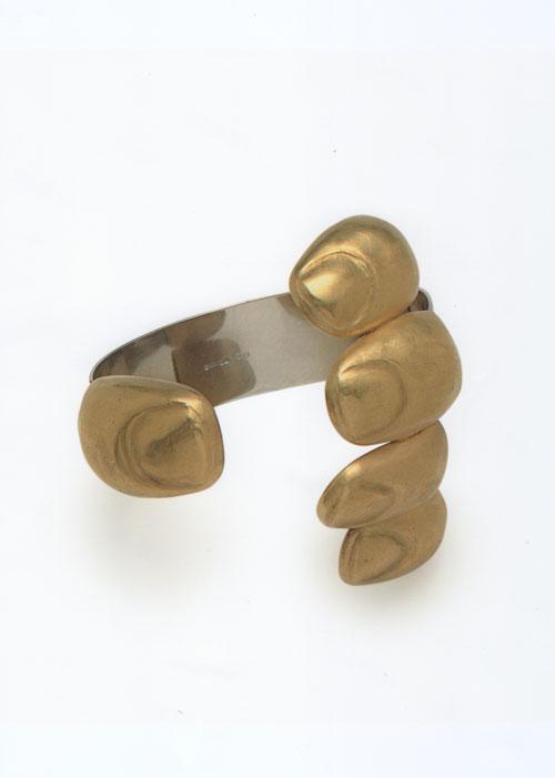 """E esse bracelete exposto pela galeria? É o """"Goldfinger"""" de Bruno Martinazzi, 1969"""