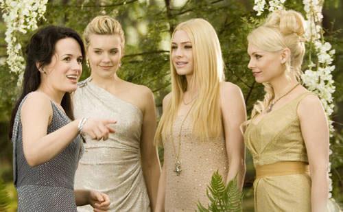 Elizabeth Reaser (Esme), Maggie Grace (Irina), Casey LaBow (Kate) e MyAnna Buring (Tanya): moda festa!