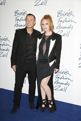 Julien MacDonald e Josephine de la Baume com um look de Julien