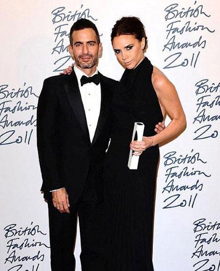 Marc Jacobs e Victoria Beckham - ela usa uma criação própria