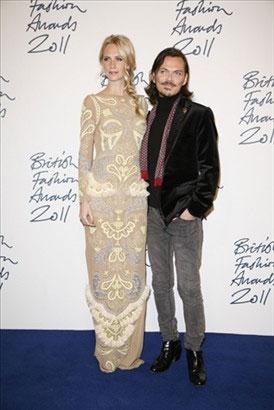 Poppy Delevingne de vestido Matthew Williamson - ao lado do próprio Matthew