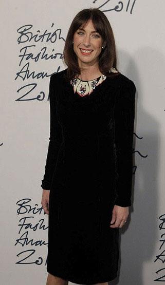 Samantha Cameron, a mulher do primeiro ministro, de vestido e colar Holly Fulton
