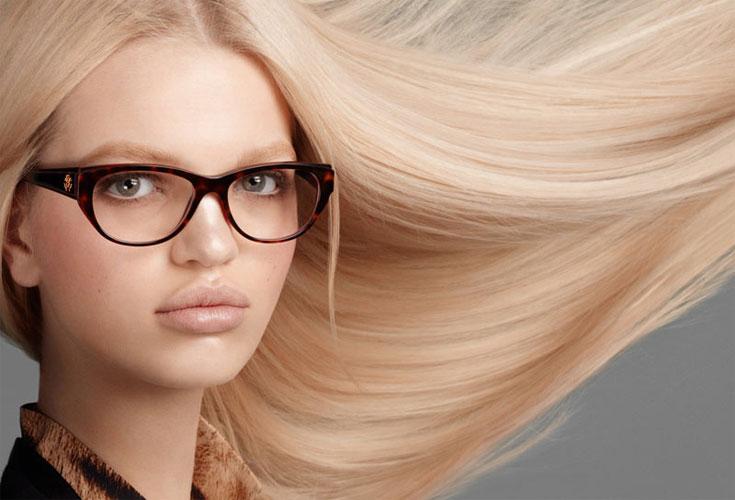 Daphne mostra os óculos de grau