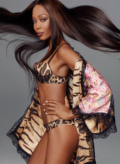 Pra fechar, Naomi de lingerie!