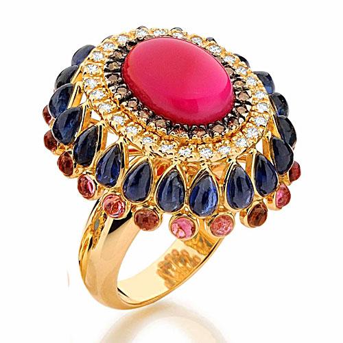 Anel Emar Batalha em ouro com ágata rosa, safiras, turmalinas e diamantes brancos e chocolate (R$ 9.920)