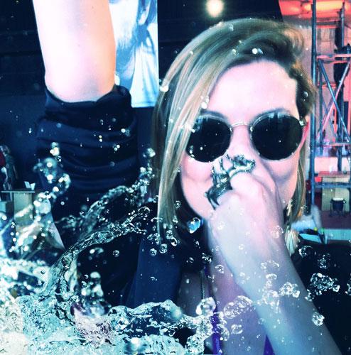 """A produtora da """"Mag!"""" Larissa Lucchese foi de óculos e tudo!"""