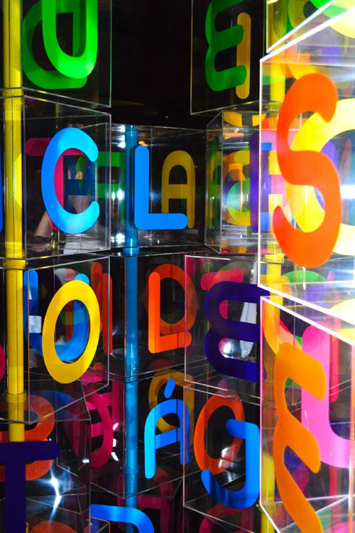Detalhe dos cubos de plástico, customizáveis