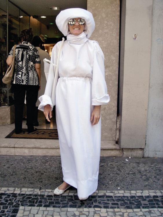 Meio Annie Hall o look comprido e todo branco