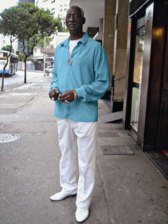 Azul, branco e colar, tipo Roberto Carlos