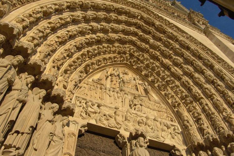As esculturas em pedra na entrada