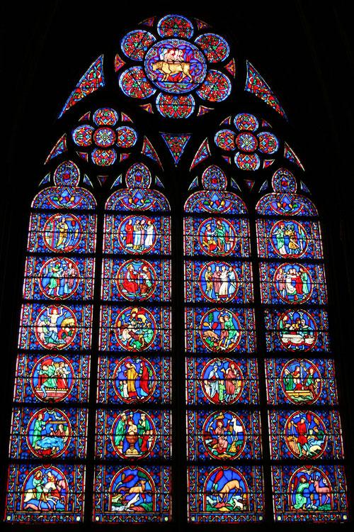 Um dos diversos vitrais de Notre-Dame