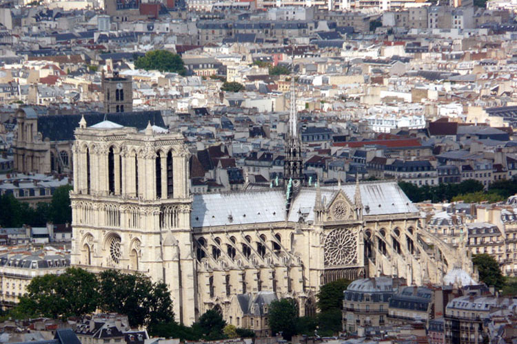 As igrejas desse período também eram projetadas em forma de uma cruz, sabia?