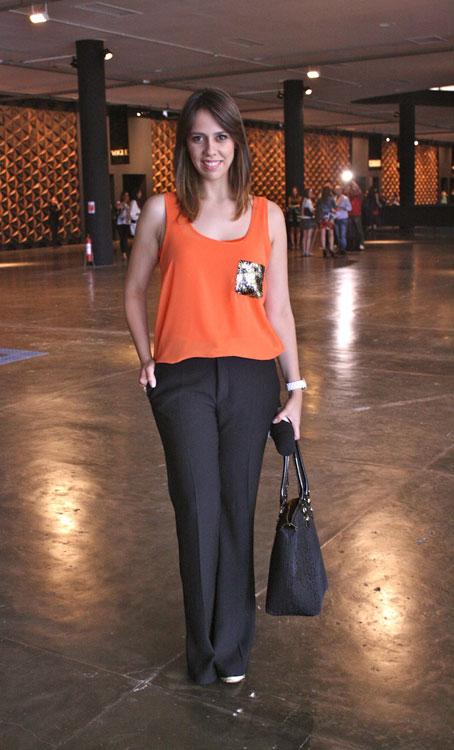 Luiza Ribeiro adora o tangerina em blusinhas sem manga