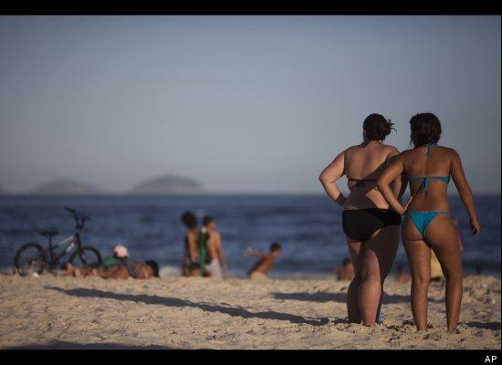 Praia de Copacabana, no Rio, e o corpo das brasileiras