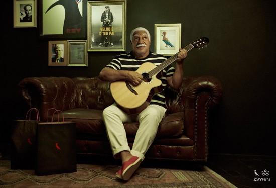 Campanha da coleção traz Dorival Caymmi, em 2015, com seu violão. Vem ver mais fotos das camisetas!