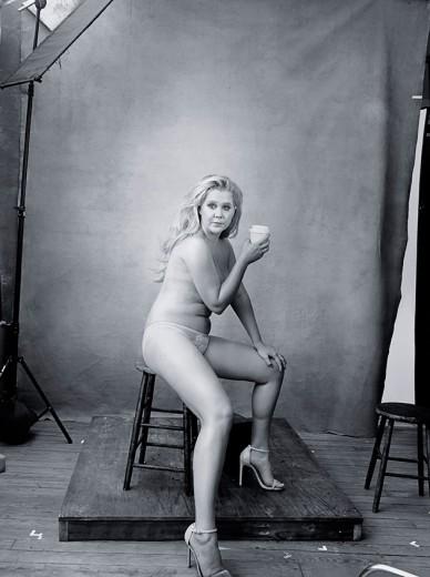 A super Amy Schumer é a estrela de dezembro do Calendário Pirelli - vem ver mais na galeria