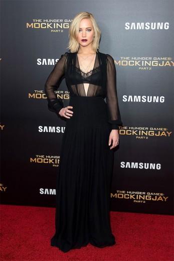 """A gente ficou simplesmente apaixonado por esse look gótica suave que Jennifer Lawrence usou em uma das pré-estreias de """"Jogos Vorazes"""" - o vestido é Schiaparelli! Vem ver quem mais arrasou em 2015"""