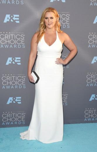 Amy Schumer mostrando seu look digno de tapete vermelho da Calvin Klein Collection no Critics' Choice Awards! Vem ver mais aqui!