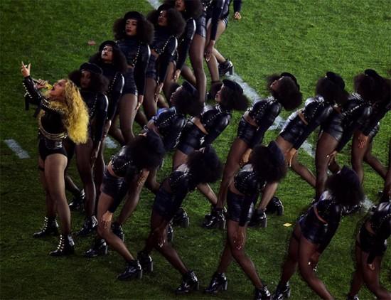 Beyoncé no Super Bowl, com suas dançarinas de boina - o look causou controvérsia por se ligar aos Panteras Negras