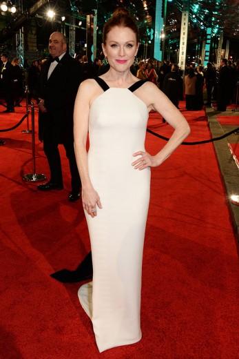 Julianne Moore é a nossa mais-mais da noite: o look dela é Armani e ela ainda chegou com uma pelerine preta - fina!