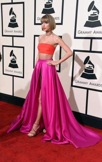 Taylor Swift de barriga de fora e cartela de cor laranja e pink - o look é Atelier Versace