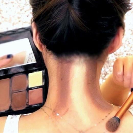 O contorno da nuca é a mais nova técnica de maquiagem que vem fazendo sucesso na internet!