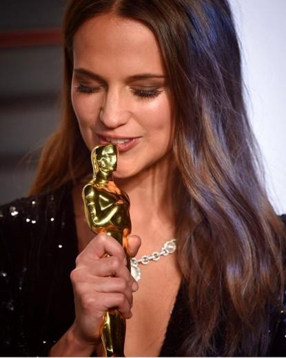 Olha que linda com o seu Oscar! Clica aqui pra ver alguns looks da Alicia Vikander