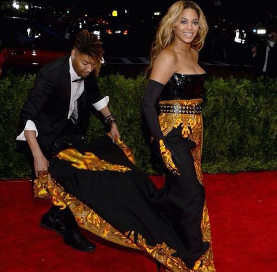 """Esse é Ty Hunter (<a href=""""https://www.instagram.com/tytryone/"""" target=""""_blank"""">@tytryone</a>) arrumando a Beyoncé no baile do Met de 2013. Clica na foto pra conhecer os outros profissionais!"""