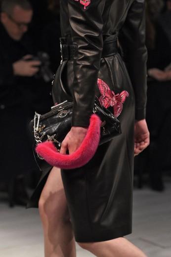 Clica aqui pra ver as melhores bolsas da temporada! Começando por Londres, com pelinhos rosas de Alexander McQueen