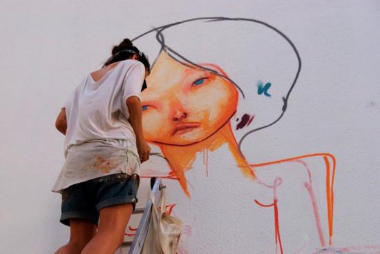 A grafiteira paulistana Mag Magrela desenvolvendo sua arte - vem ver mais aqui!
