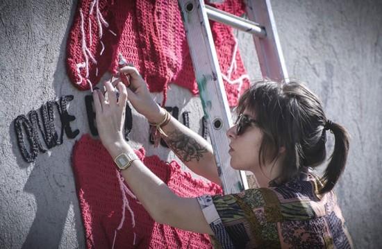 Karen Bazzeo espalha seus graffitis em crochê pelas ruas - vem conhecer mais do seu trabalho aqui!