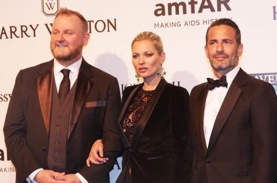 Kevin Frost, presidente do amfAR, Kate Moss e o estilista Marc Jacobs - pra ver mais, clica na galeria!