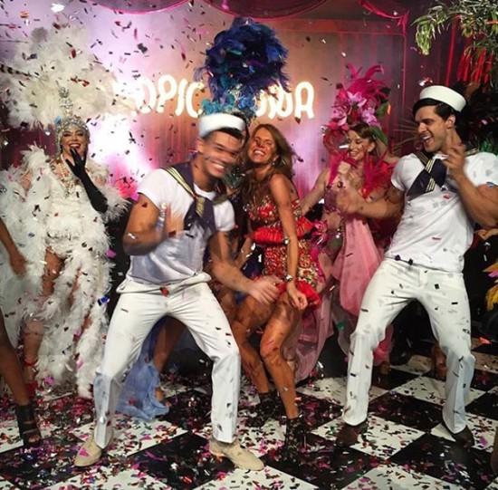 Olha a Anna dello Russo na festa - bem animada, né? Vem entrar nesse clima,  dançar com a gente e ver quem passou por lá!