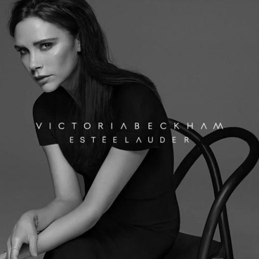 Olha ela! Victoria Beckham na campanha oficial da sua linha de make em parceria com a Estée Lauder! Clica pra ver mais...