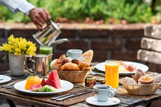 Começamos com SP: no Hotel Fasano, o Nonno Ruggero oferece uma seleção de pães salgados, doces como sonho e croissant de chocolate, waffles, iogurtes, frutas, omeletes, geleia de frutas, requeijão, mel, mix de frios, salmão defumado, sucos naturais e bebidas quentes (R$ 87 por pessoa). Clica aqui pra conferir o resto!